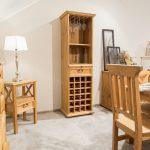 drewniany regał sosnowy na wino