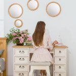biale biurko drewniane do pokoju
