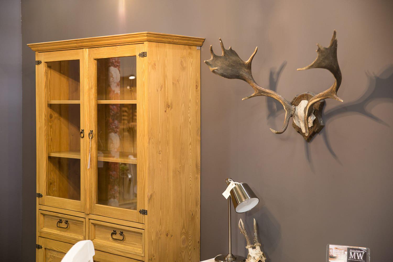 drewniane witryny do salonu z szufladami i półkami