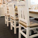 klasyczne biale krzesla drewniane