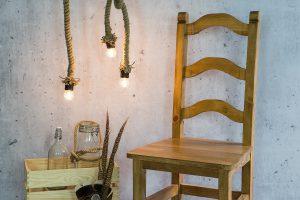 woskowane krzesło z drewna