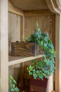 drewniany regał woskowany