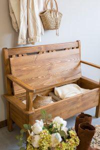 woskowana ławka z drewna z podłokietnikami