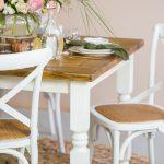 drewniane stoly i krzesla w stylu rustykalnym