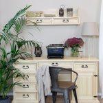 duże biurko w jasnym kolorze z szufladami