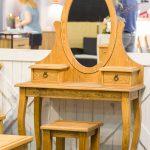 drewniana toaletka na kosmetyki z drewna sosnowego