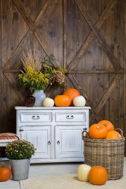 woskowana drewniana komoda w stylu rustykalnym