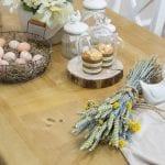 drewniany stół z lakierowanym blatem klepkowym