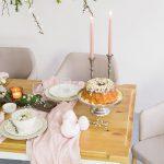 bialy stol z brazowym blatem lakierowanym