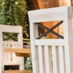 bielone krzesla sosnowe
