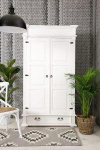 biała szafa drewniana dwudrzwiowa