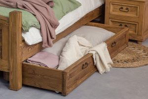 drewniana szuflada pod łóżko