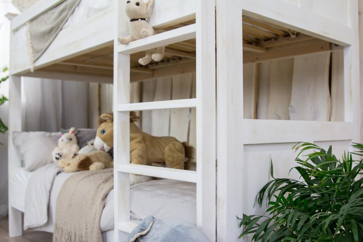drewniane łózko piętrowe do pokoju dziecka