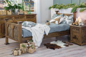drewniane łóżko z ażurem w stylu rustykalnym