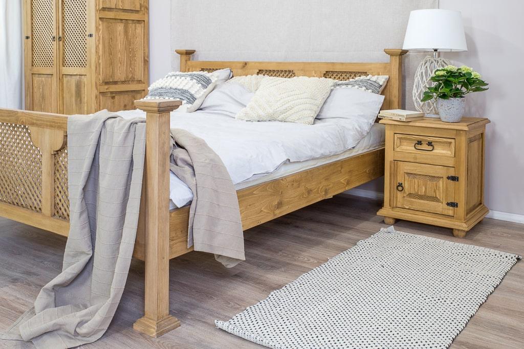 drewniane łózko z ażurową kratką