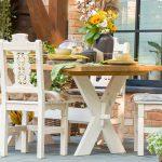 drewniane stoły i krzesła