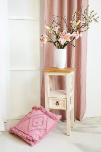 drewniany stojak z drewna