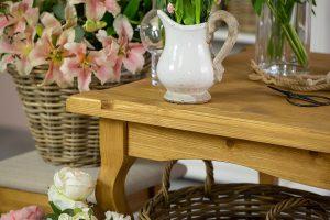stół drewniany w stylu rustykalnym