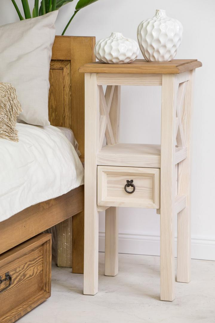 bialy drewniany stolik nocny
