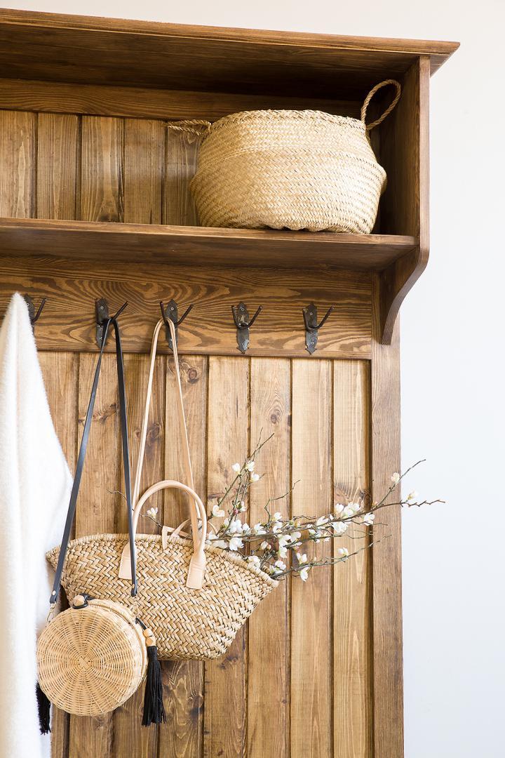drewniany wieszak na ubrania retro