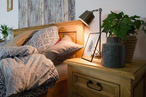drewniane łóżko woskowane do sypialni