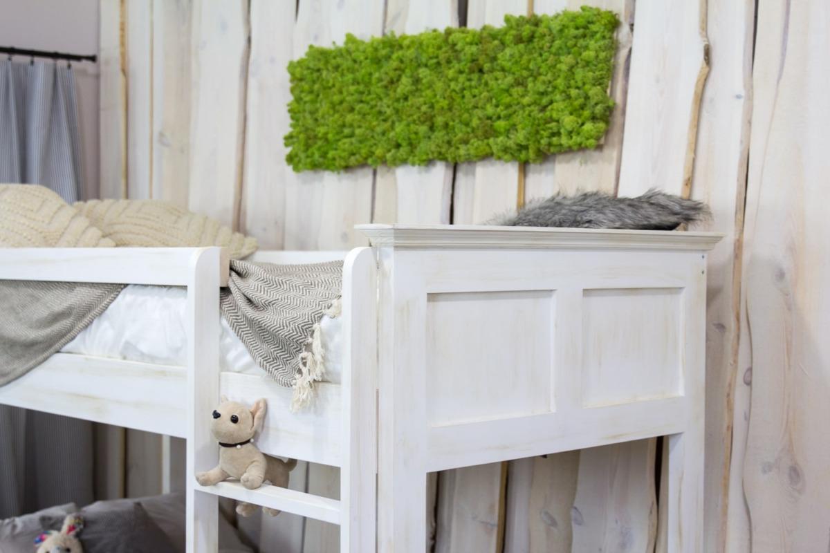 sosnowe łóżko piętrowe biała patyna
