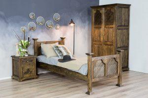 drewniane łóżko z ażurem