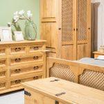 pojemna dwudrzwiowa drewniana szafa so sypialni