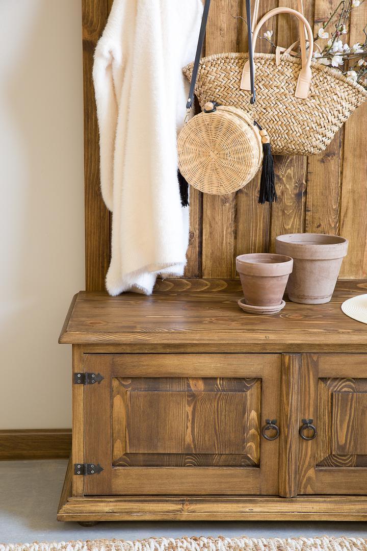 drewniana szafka woskowana