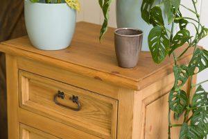 drewniana komoda z szufladkami