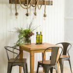 drewniany stol kwadratowy
