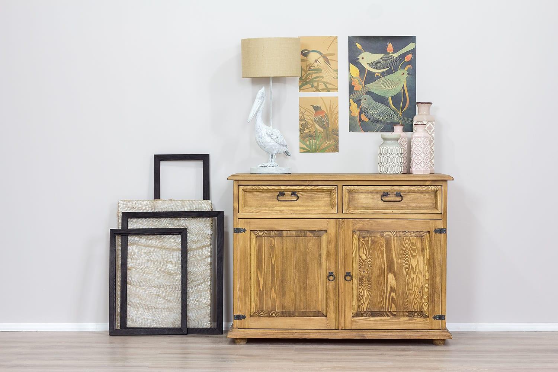 komoda do salonu drewniana z szufladami i półkami