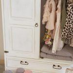 drewniana biała szafa do pokoju dziecka