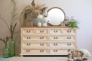drewniana komoda z szufladami