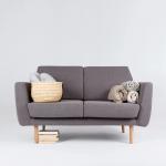 ciemnoszara sofa do salonu z drewnianymi nóżkami