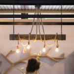 sznurowa lampa na drewnianej belce