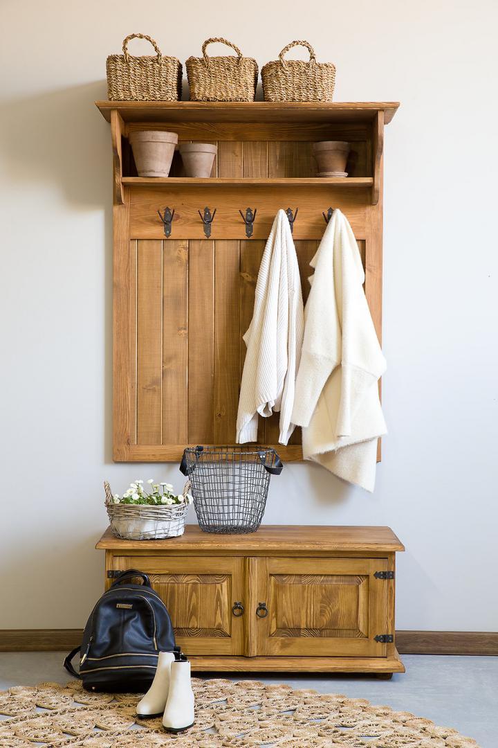 drewniany wieszak na ubrania do przedpokoju