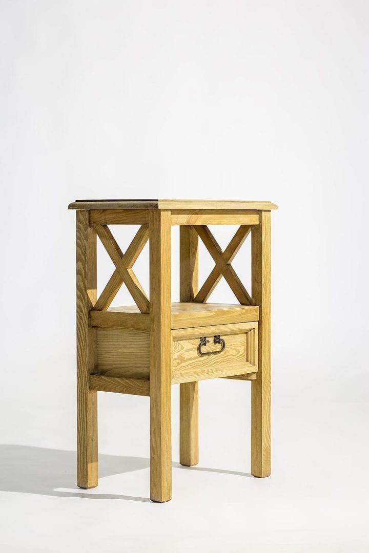 ozdobny stolik drewniany do salonu woskowany