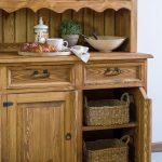 drewniany kredens sosnowy w stylu retro