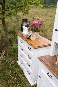 komoda z drewna biała w stylu rustykalnym