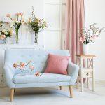 kanapa tapicerowana w jasno niebieskim kolorze