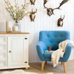 lekki fotel w odcieniu błękitu