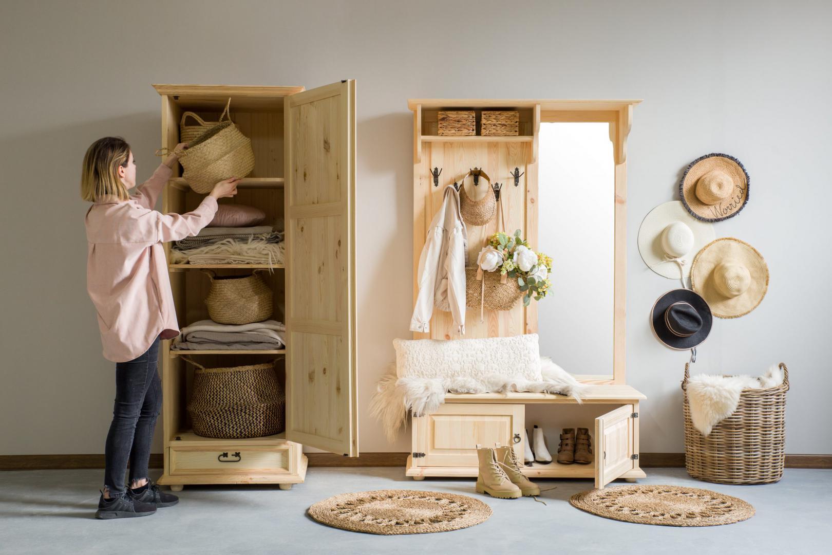 jednodrzwiowa szafa drewniana z polkami