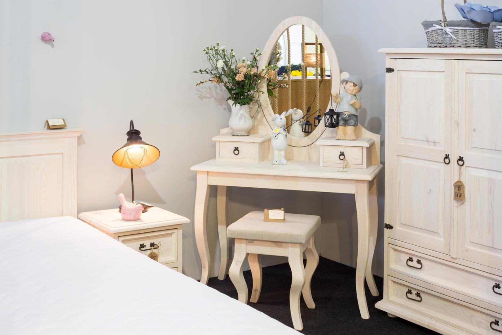 biała drewniana toaletka z lustrem do sypialni