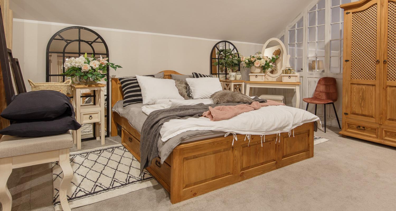 Drewniane łóżko z drewna sosnowego