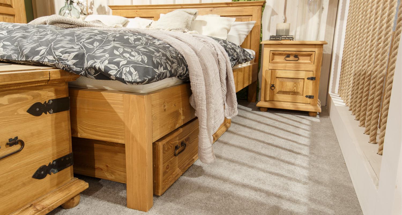 wygodne drewniane łóżko z pojemnikiem