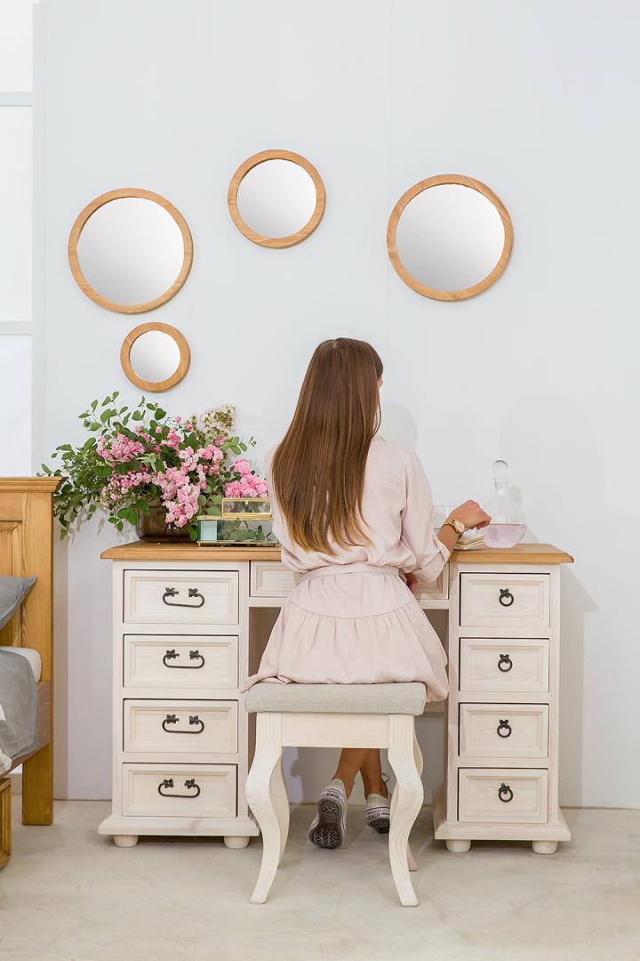 biurko z szufladami pokryte woskiem