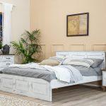 białe meble drewniane do pokoju