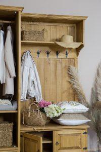 drewniana garderoba z wieszakiem do przedpokoju