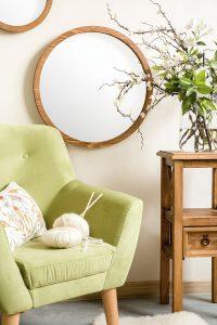 okrągłe lustro w ramie drewnianej